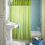 Draperie colorata, verde intr-o baie cu faianta albastra