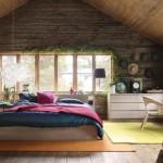 Dormitor la mansarda cu pereti din lemn