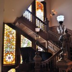 Geamuri cu vitralii si scara din lemn masiv