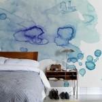 Pata de culoare dezordonata si picturala in dormitor