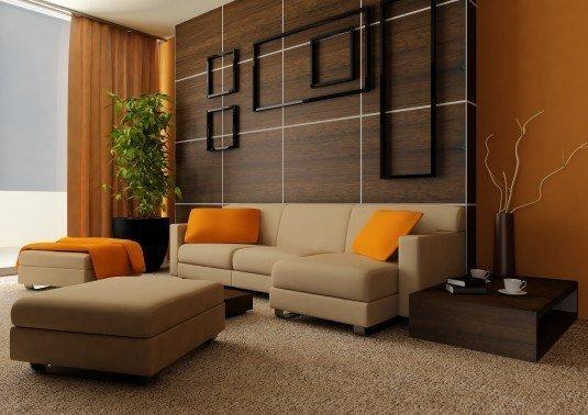 Perne si draperii portocalii si canapea bej pe fundal din lemn inchis