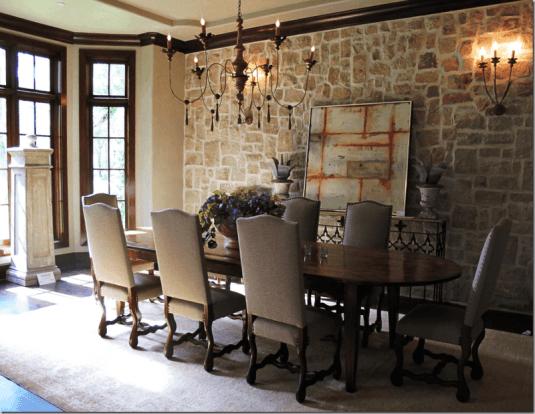 Zona de dining cu candelabru si masa din lemn