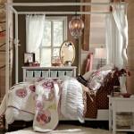Camera de fetita cu pat cu baldachin din lemn fara draperii