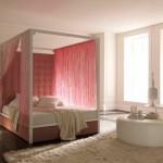 Decor minimalist pat cu baldachin alb cu perdele roz