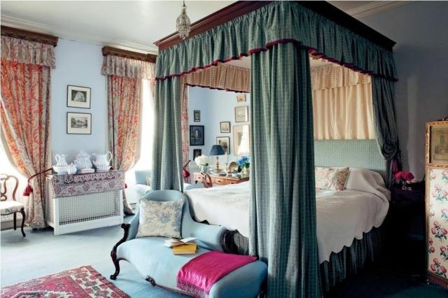 Dormitor colorat pat cu baldachin si perdele albastre