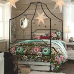 Dormitor tineret cu pat cu baldachin din metal fara draperii