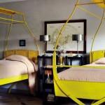 Model de pat cu baldachin din metal galben curbat fara draperii