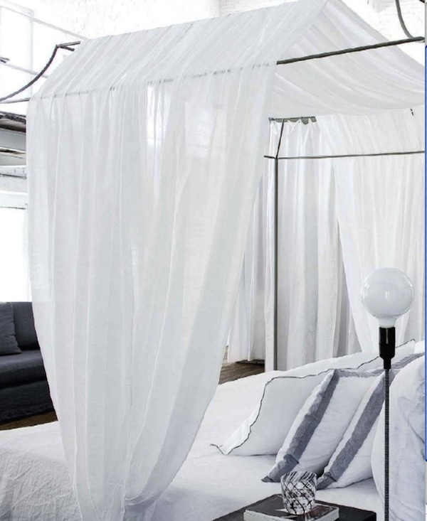 Pat cu baldachin cu perdea alba din panza dormitor modern