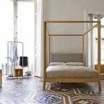 Pat cu baldachin din lemn fara draperii intr-un dormitor clasic