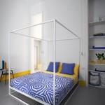 pat cu baldachin din metal vopsit cu alb in camp electrostatic