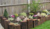 Bucati mari de lemn imprejmuire flori curte