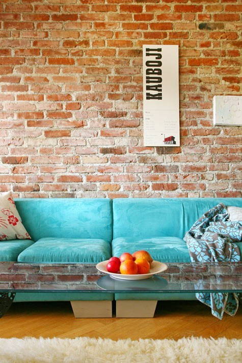 Canapea turcoz asortata cu perete caramiziu