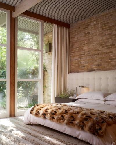 Dormitor cu perete cu caramida