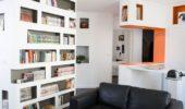 Open space apartament cu multe etajere si rafturi