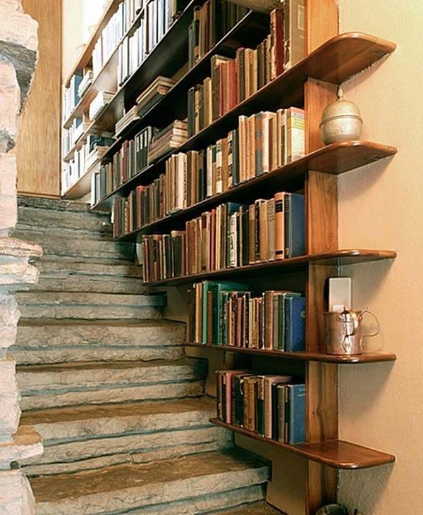 Perete casa scarii cu etajere pentru carti