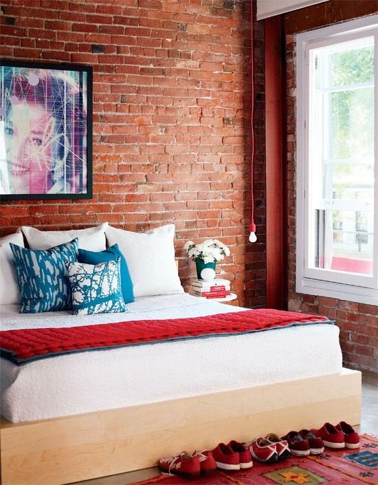 Perete din caramida deasupra patului