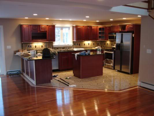 Placi de granit in bucatarie combinate cu parchet din lemn for Kitchen designs with wood floors