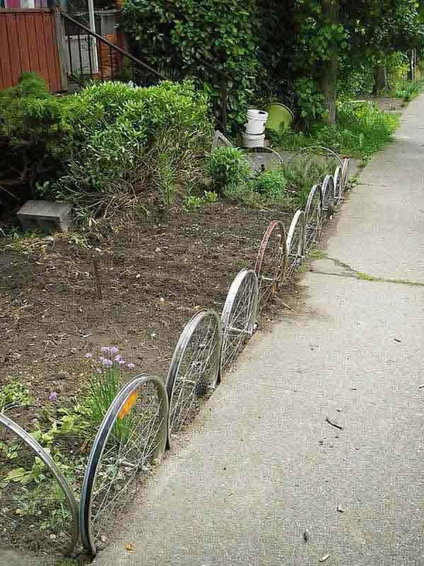 Roti de bicicleta folosite ca si gard de curte