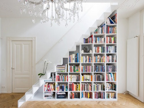 Scara moderna fara balustrada cu biblioteca dedesubt