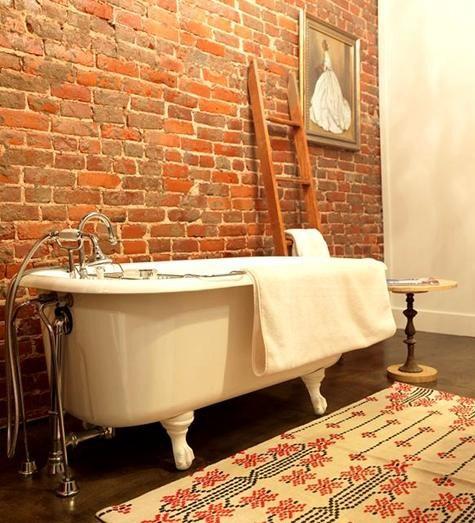 baie in stil industrial cu perete placat cu caramida